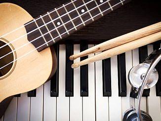 Gitara, klawiatura fortepianu, pałeczki perkusyjne i tamburyn
